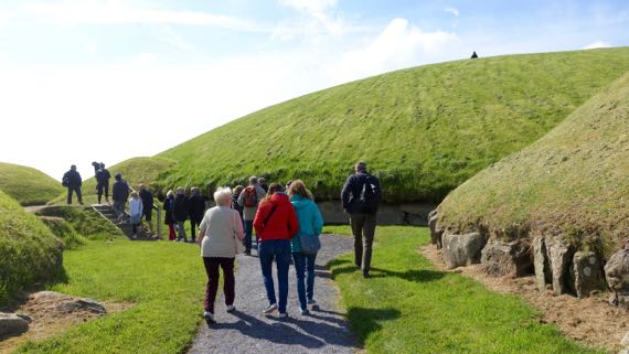 Knowth tourgroup