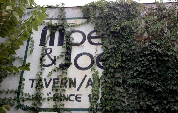 Moes Joes viney signey