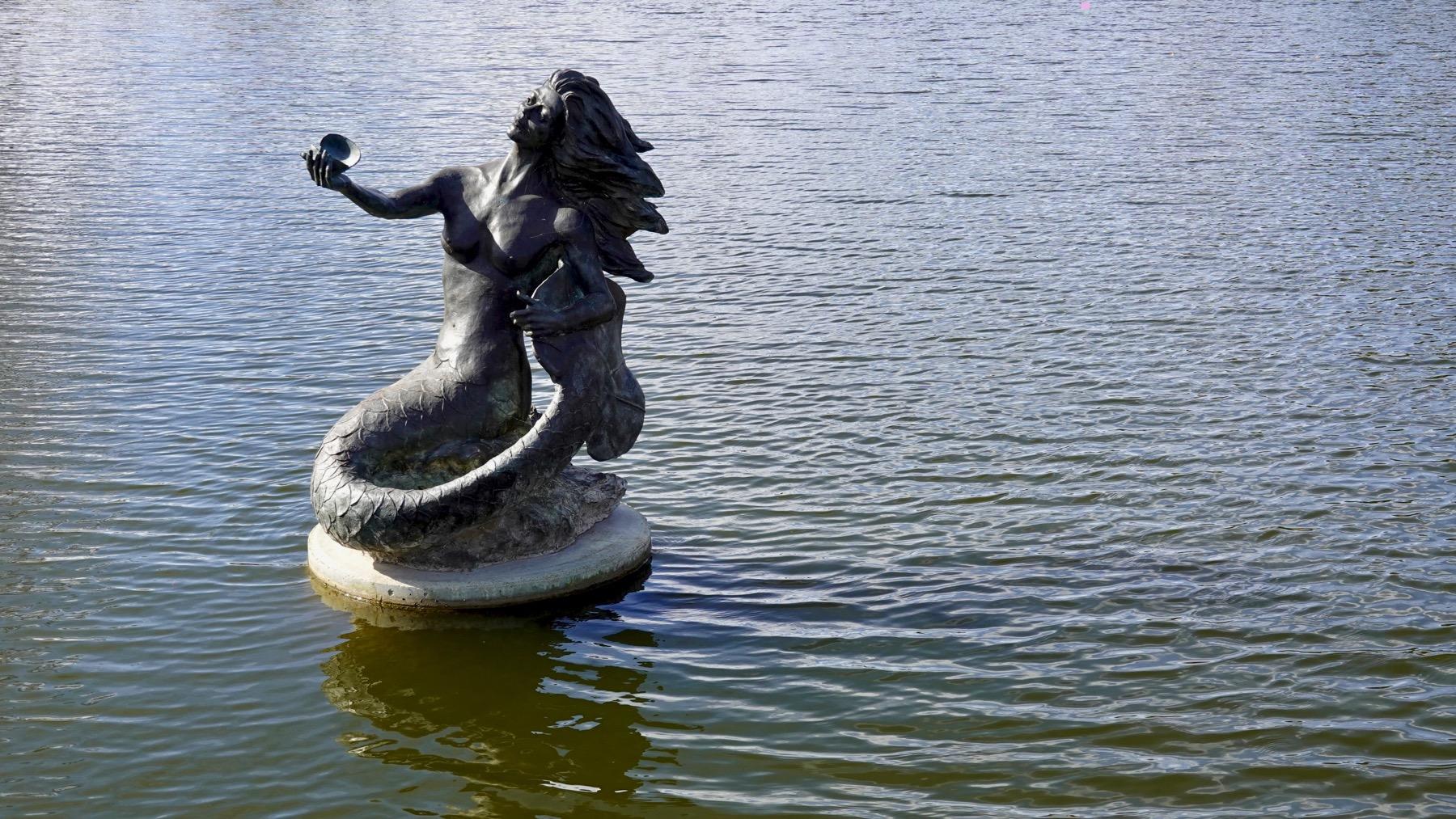 Rio Concho lake statue