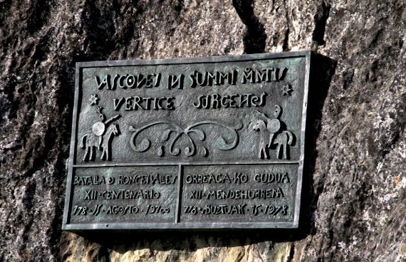 Roncesvalles plaque on boulder