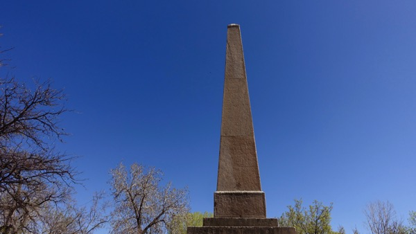 Plaza obelisk