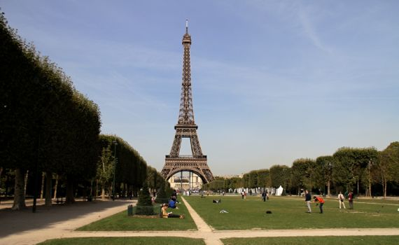 Tour eiffel from afar sunny fall day